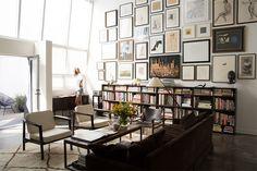 Découverte du salon de Julia, dans lequel on trouve un gigantesques mur de cadres. La décoration y est harmonieuse, et donne un intérieur très inspirant !