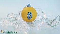 Renault kézzel festett karácsonyi gömb, karácsonyfa dísz autó rajongói ajándék, karácsonyi ajándék. (Biborvarazs) - Meska.hu Christmas Bulbs, Fan, Holiday Decor, Christmas Light Bulbs, Hand Fan, Fans
