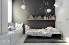 Today we present you a restrained and simple kids' room. It's a very spacious room with two natural light entry points. To underline it, they have chosen white both in walls and furniture. To contrast, a dark grey wall and a blackboard hanging on the other one. On the dark grey wall we can see […]