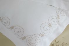 Almofadas bordadas com bastidos, ponto corda e garanitos.