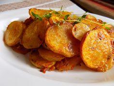 Brambory očistíme a nakrájíme na 2-3 mm široká kolečka. Dáme je do misky, zasypeme paprikou, moukou, tymiánem a kmínem. Nakonec přidáme olej a... Czech Recipes, Ethnic Recipes, Sweet And Salty, Tandoori Chicken, Gnocchi, Side Dishes, Food And Drink, Veggies, Potatoes