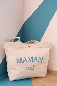 Sac maman cool en coton bio. Un grand sac super pratique et résistant ! Violet Rouge, Coton Bio, Impression, Paper Shopping Bag, Mom Presents, Cotton Canvas, Red Burgundy, Tote Purse, Large Bags