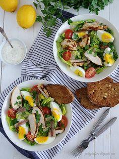 Zobacz zdjęcie Sałatka Cezar z grillowanym kurczakiem (wersja fit)  Przepis na blogu po kliknięciu w zdjęcie w pełnej rozdzielczości Cobb Salad, Tacos, Mexican, Ethnic Recipes, Fit, Shape, Mexicans