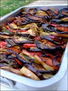 Recette Briam (gratin de légumes, recette grecque) : Huiler un grand plat à gratin. Allumer le four th 6, 180°C. Mettre un peu d'huile dans une poêle et faire revenir les oignons épluchés et émincés jusqu'à ce qu'ils soient tendres. Hors du feu, ajouter l'ail pelé, dégermé et écrasé. M...