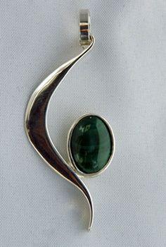 Uniek zilveren smeedhangertje met jade gemaakt door edelsmid Marja Schilt. www.marjaschilt.nl