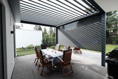 Terrassendach Skye® Die drehbaren Dachlamellen beim Terrassendach Skye® können auf der kompletten Breite zurückgefahren werden. Somit steht dem perfekten Blick in den Himmel nichts im Weg. Bei Regen fahren Sie das Dach wieder zu.
