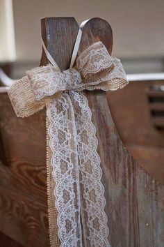 Burlap and lace pew bows and other fabulous ideas for using burlap bows in your rustic wedding decor.