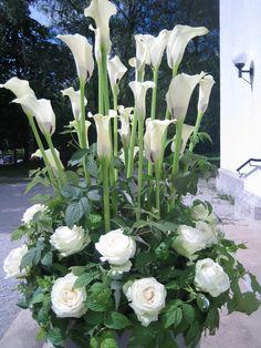 White Wedding Funeral Floral Arrangements, Unique Flower Arrangements, Flower Centerpieces, Wedding Centerpieces, Exotic Flowers, Amazing Flowers, White Flowers, Church Flowers, Funeral Flowers