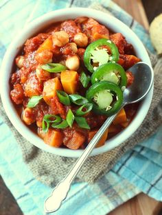 This butternut squash chili is loaded with sweet-tart apples, hearty chickpeas and warming spices for a toasty flavor that's sure to warm you up. Healthy Meals For Kids, Healthy Foods To Eat, Butternut Squash Chili, Vegan Soups, Vegan Food, Delicious Vegan Recipes, Vegetarian Recipes, Vegan Dinners, Soups And Stews