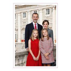 """8,472 Me gusta, 158 comentarios - Revista ¡HOLA! (@holacom) en Instagram: """"Es ya un clásico en Navidad y se espera con ilusión.La Familia Real ha distribuido su 'christmas'…"""""""