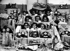 Fotografia icônica mostra as cabeças de Lampião (última de baixo), Maria Bonita (logo acima de Lampião) e outros cangaceiros do bando. No ca...