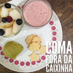 """#CaféDaManhã    Polpa de Morango Maça e Banana Maternidade Colorida; Pão de Espinafre e Couve Maternidade Colorida com Creminho de Iogurte Maternidade Colorida;  Pêra com mirtilos e framboesa;  Biscoito de Queijo Maternidade Colorida.   Os itens """"Maternidade Colorida"""" fazem parte das cestas que estão à venda na nossa @lojamaternidadecolorida. Tem mais informações no link [em azul] aqui no perfil!    #AquiTemLanchinhoParaAsPessoinhas #SonhoRealizado #MaternidadeColoridaNaSuaCasa…"""