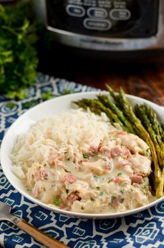 Healthier Slow Cooker Crack Chicken - the ultimate family-friendly creamy chicken recipe topped with the yummy smokey flavour of bacon. Slow Cooker Slimming World, Easy Slimming World Recipes, Slimming Eats, Healthy Recipe Videos, Healthy Dinner Recipes, Dog Food Recipes, Healthy Snacks, Cooking Recipes, Ww Recipes