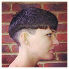 Ladies haircut. Variation to a classic graduation. Undercut below graduation with a sting blunt baseline.