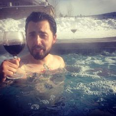 After an arduous day cross country skiing the Rockies there's nothing like a dip in the hot tub with a little carménre to sooth the soul  #mostinterestingmaninhawaiiangardens #coloradovacay2015 #crosscountryskiing #grandby #ilovethereds #vinovixen #hottublove by rognvaldr_lee