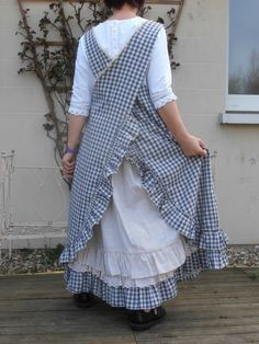 Crossback apron with ruffles