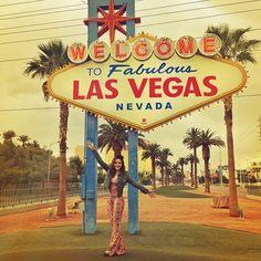 WELCOME TO FABULOUS LAS VEGAS! ❤️ amando cada segundo dessa viagem que tá sendo maravilhosa! gente, to conhecendo tantos lugares incríveis aqui e realizando tantos sonhos! lugares que eu só via em filmes e séries estão agora bem na minha frente! a ficha ainda não caiu que eu tô aqui e daqui a pouco já vai fazer uma semana!  | tô usando @missbellaoficial #YOLOVEGAS #vivamaishistórias @hotelurbano Las Vegas Sign, Las Vegas Nevada, Yolo, Las Vegas Grand Canyon, San Diego Attractions, Road Trip Usa, Usa Trip, Surf, California Dreamin'