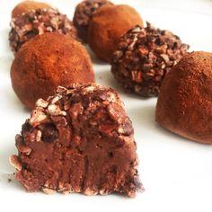 Cremede chokolade trøfler der smelter på tungen - #bodylab  #fitfamdk#chocolate#protein#opskrift#sund#chokolade 1 dåse kikærter, 5 tsk kaffe, 2 spsk kakao, 1 scoop proteinpulver med chokolade, vanilje eller vaniljepulver, lidt mælk, 1/2 dl kokosmel. Alt blendes sammen og så kan du tilføje mørk chokolade eller lakrids, det tror jeg vil være super lækkert 😃👌