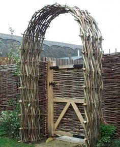 Wattle Fence wattle arch The post Wattle Fence appeared first on Garden Ideas. Front Yard Fence, Diy Fence, Backyard Fences, Fence Ideas, Brick Fence, Gate Ideas, Fence Stain, Concrete Fence, Pallet Fence