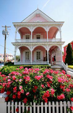 ニュージャージー州 victorian house in Cape May, New Jersey, you will not find better looking houses in the USA, I felt like Ken and Barbie living in them Cape May, Victorian Cottage, Victorian Homes, Pink Houses, Old Houses, May House, Beautiful Homes, Beautiful Places, Exterior