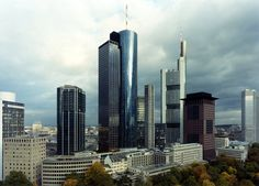 Dicke Wolken, hohe Türme: Blick vom Nordwesten auf das Bankenviertel im Jahr 2001.