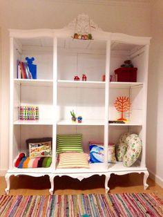 Orgulhosa no meu ultimo projecto para um quarto de brinquedos. Um roupeiro antigo que ganha uma nova utilização. Digam lá que não ficou maravilhoso!