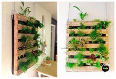 Jardín vertical con palet Hoy te proponemos una manualidad que esta de moda, se trara de un jardín vertical con palet, una forma de aprovechar el espacio al