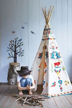 Fantastisk billede af fantastisk tipi fra Nathalie Lété for Vilac. Find den på www.dk Amazing shot of the amazing Vilac teepee designed by Nathalie Lété 🐾💙 Teepee Kids, Teepee Tent, Teepees, Play Tents, Play Teepee, Teepee Party, Kids Tents, Indian Teepee, Deco Kids