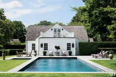 Look Inside Jon and Rebecca Bond's Stylishly Remodeled Hamptons Getaway - Architectural Digest Architectural Digest, Les Hamptons, Hamptons House, Open Plan, Home Design, Design Design, New York Homes, Cool Pools, Awesome Pools