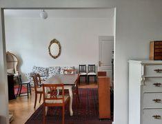 Dieses schöne, rustikale Wohnzimmer mit kleinem Esstisch und weißem Sofa gibt es in einer Wohnung in Berlin. #wggesuchtde #wggesucht #wgzimmer #ideen #inspiration #rustikal #wohnzimmer #stuhl #esstisch #holzmöbel #vintage #berlin Rustic Living Rooms, Dinner Table, Nice Asses