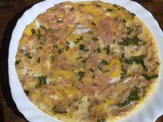 Tortilla francesa con jamón de york y cebollino preparada en una cocina solar portátil