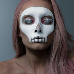 Are you looking for ideas for your Halloween make-up? Browse around this website for scary Halloween makeup looks. Halloween Skeleton Makeup, Halloween Makeup Looks, Disney Halloween, Scary Halloween, Facepaint Halloween, Halloween Mermaid, Halloween College, Pretty Skeleton Makeup, Happy Halloween