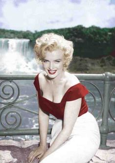 Photograph of Marilyn on set during the shoot of the film Niagra, 1953
