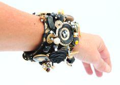 Bracelet manchette orné de boutons et perles et par Piquependre,