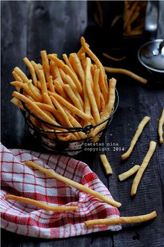 EDAM CHEESE STICK - catatan-nina Indonesian Desserts, Indonesian Food, Appetizer Recipes, Snack Recipes, Cookie Recipes, Cheese Sticks Recipe, Edam Cheese, Savory Snacks, Healthy Baking