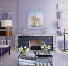 Музыкальная гостиная на первом этаже. Стены обиты шелком. Камин, ковер и зеркала на стене сделаны по эскизам Коллинза. Торшер, дизайнер Жак Адне.