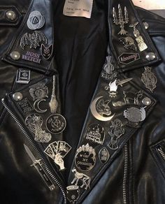Leather jacket lapels filled with goth/witchy pins. Grunge Style, Mode Grunge, Dark Fashion, Grunge Fashion, Gothic Fashion, Pop Punk Fashion, Metal Fashion, Look Cool, Cool Style