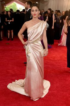 Lizzy Caplan vestida de Donna Karan Atelier