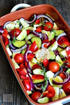 Legume la cuptor - CAIETUL CU RETETE Cold Vegetable Salads, Vegetable Dishes, Caprese Salad, Fruit Salad, Romanian Food, Side Dishes, Food Porn, Food And Drink, Cooking Recipes