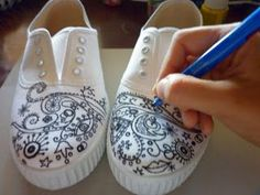 SusoletO: pintar zapatillas paso a paso Custom Painted Shoes, Hand Painted Shoes, Custom Shoes, Diy Fashion, Fashion Shoes, Ty Dye, Sharpie Shoes, Shoe Makeover, Painted Sneakers