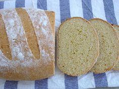 Hacía algunos días que no publicaba recetas de pan, y no porqué no esté haciendo sinó porqué mi cocina está convertida en un pequeño labor...