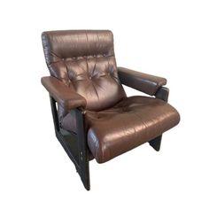 Bijzonder comfortabele fauteuil in donkerbruin leer. Het leer is in mooie conditie, op het houtwerk zitten hier en daar wat gebruikssporen.