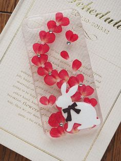押し花やチャームをレジンで閉じ込めたiphoneケースです。 写真はiphone5/5s対応のケースです。…
