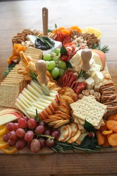 This Thanksgiving Charcuterie Board how-to has everything you need to create a professional cheese board in your home for just 60 Party Food Platters, Party Trays, Snacks Für Party, Cheese Platters, Party Food Ideas, Party Food Buffet, Cheese Table, Party Food And Drinks, Charcuterie Recipes