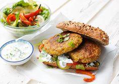 Hmm... Broodje Boekoeloekoeburger met gegrilde groenten en yoghurtsaus - Download het recept op Hello Fresh! / www.boekoeloekoe.nl