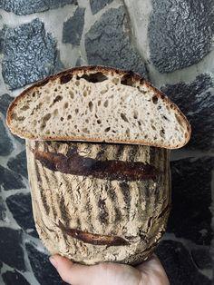 Osvedčená metóda 1:2:3 = 150 g ražného kvásku, 300 g vody a 450 g múky. Múku som kombinovala 350 g pšeničnej chlebovej, 100 g ražnej. Autolýza 1 h, kysnutie 2 h s prekladaním, kysnutie v ošatke 12 h v chladničke. Ale, Food And Drink, Bread, Ale Beer, Brot, Baking, Breads, Buns, Ales