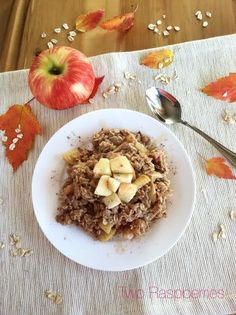 these Apple Pie Oats Vegan are So easy and make your house smell like Fall! perfect Sunday breakfast on the patio, warm and an amazing comforting aroma!