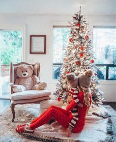 Trendy and Cozy Holiday Decorating Ideas Get inspired with these trendy holiday decorating ideas and turn your home into a winter wonderland. You'll love these classy Christmas decorations. Family Christmas Pictures, Holiday Pictures, Winter Baby Pictures, Christmas Pregnancy Photos, Outside Baby Pictures, Xmas Family Photo Ideas, Toddler Christmas Photos, Family Pictures, Classy Christmas
