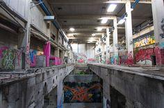 Große Halle mit Graffitis