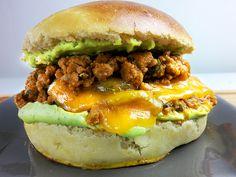Une recette américaine typique de burger à la sauce tomate, revisité à la française avec des cèpes, du cheddar et une sauce au brocoli !